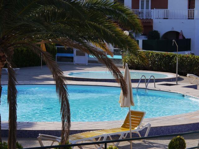 Kuva, jossa aurinkotuoli ja uima-allas.