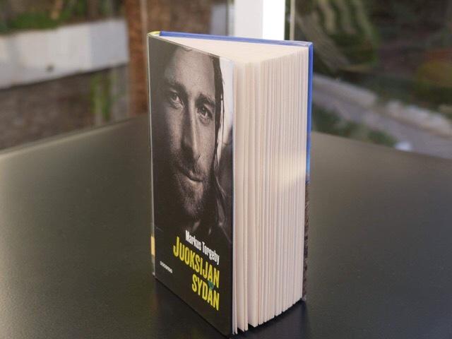 Kuva, jossa on kirjan sivut auki.