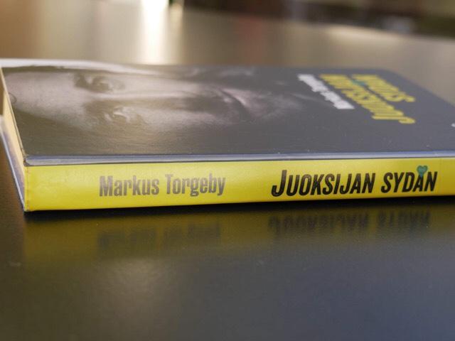 Kuva, jossa kirja on tasolla.