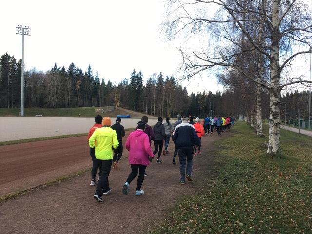 Kuva, jossa ihmiset juoksevat jonossa.