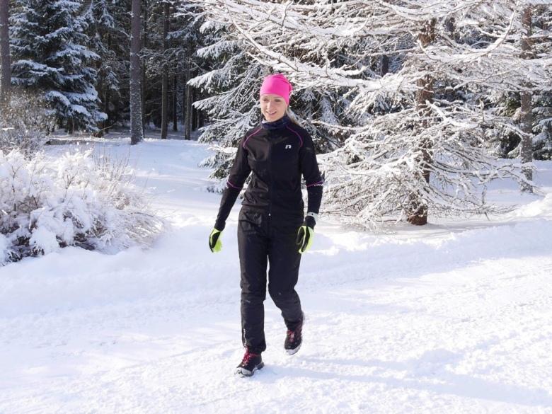 Kuva, jossa talviurheiluvaatteet ja nastalenkkarit.