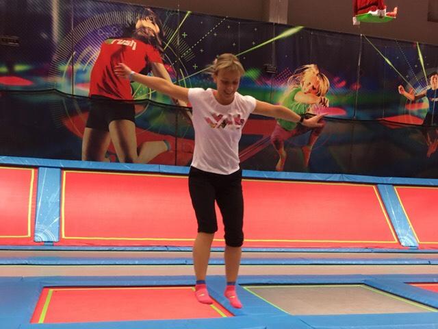 Kuva, jossa nainen hyppii trampoliinilla