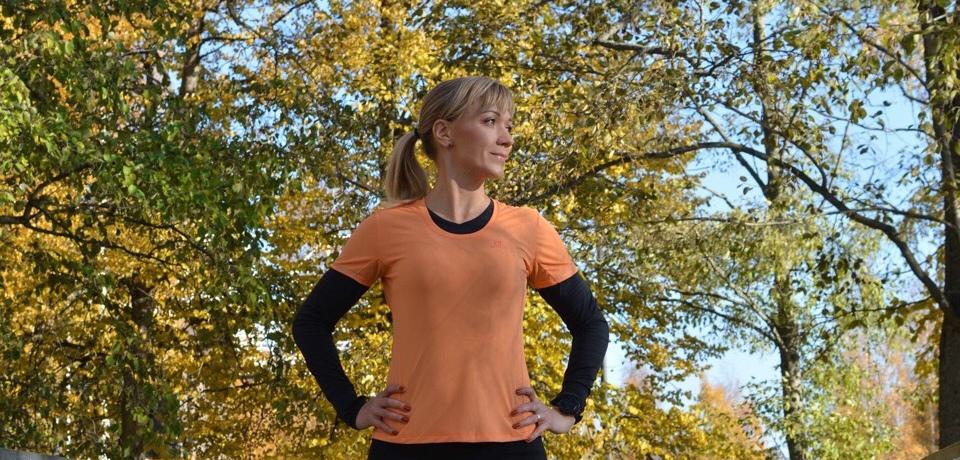 Kuva, jossa oranssi tekninen urheilupaita