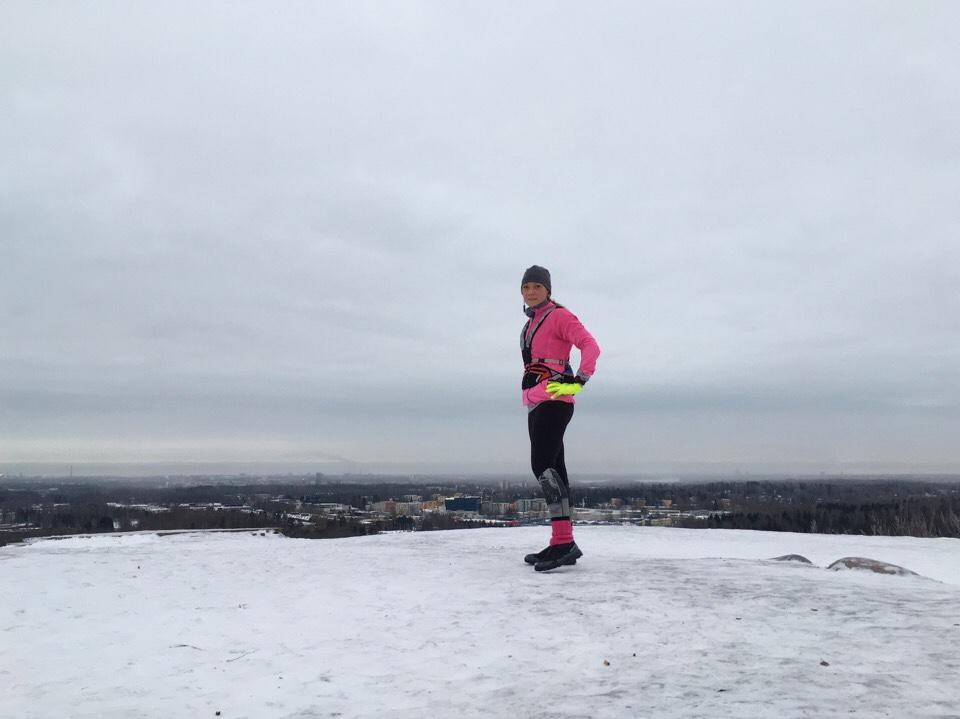 Kuva, jossa juoksija malminkartalon huipulla.