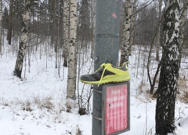 Kuva, jossa keltainen lenkkari.