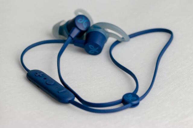 Kuva, jossa siniset bluetooth -kuulokkeet.