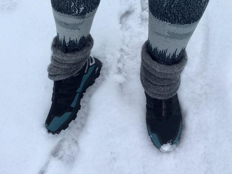 Kuva, jossa salomin nastalenkkarit lumella.