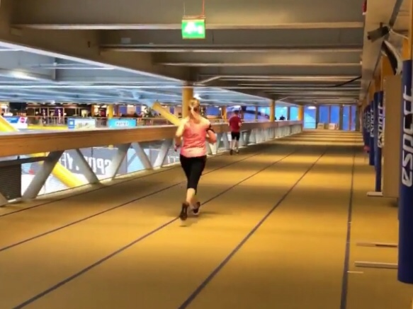 Kuva, jossa juostaan esport arenalla