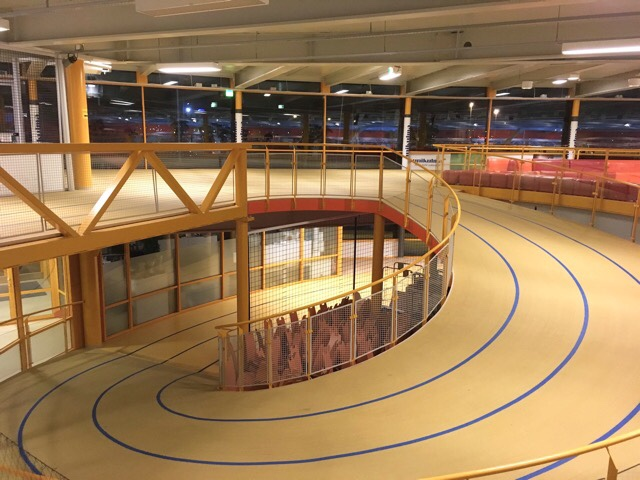 Kuva, jossa esport arenan kaksi kerrosta.