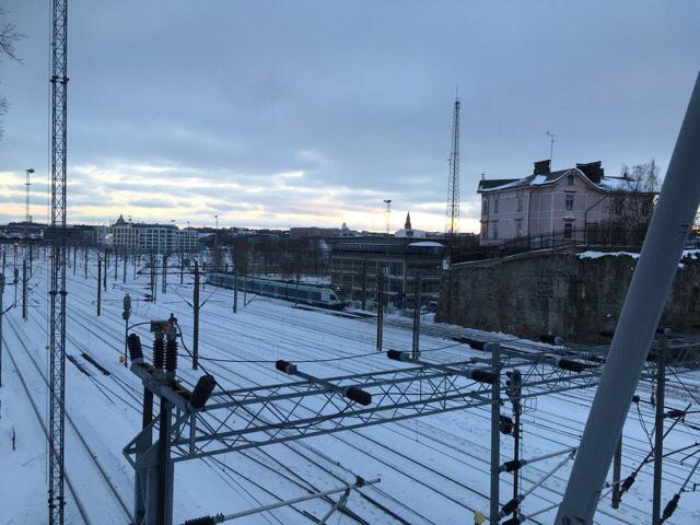 Kuva, jossa rautatiet kohti Helsinkia.
