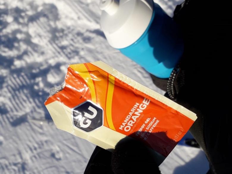 Kuva, jossa appelsiinin makuinen energiageeli.