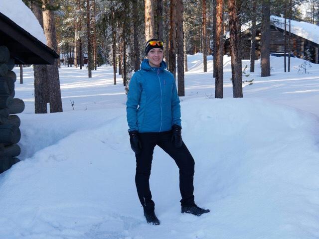 Kuva, jossa lunta ja puunrunkoja.