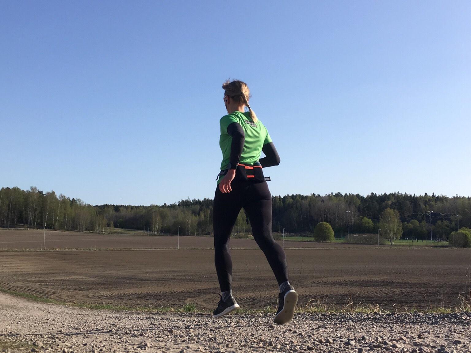 Kuva, jossa juostessa molemmat jalat ilmassa.