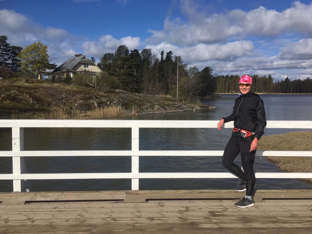 kuva, jossa juoksija seurasaaren sillalla