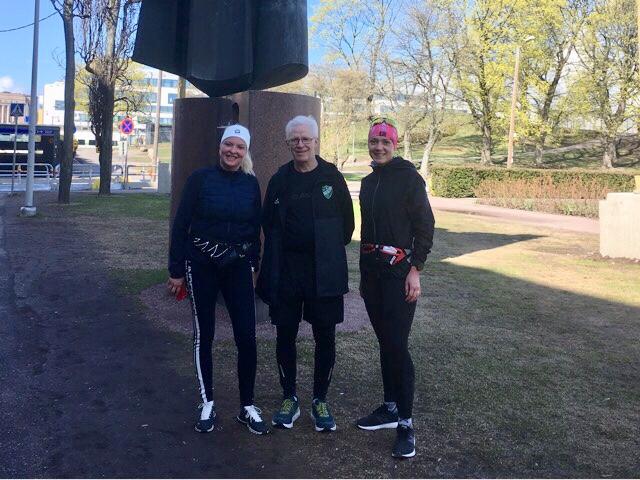 Kuva, jossa kolme juoksijaa.