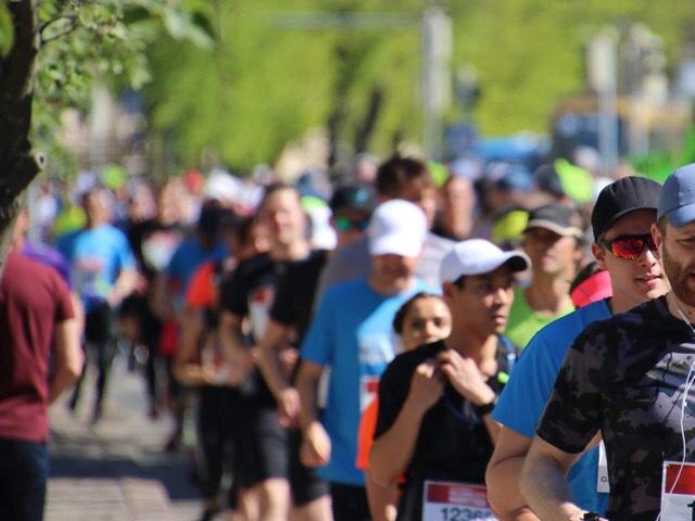 Kuva, jossa maratonjuoksijoita