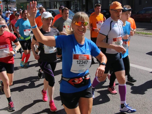 Kuva, jossa maratonjuoksija juoksee.