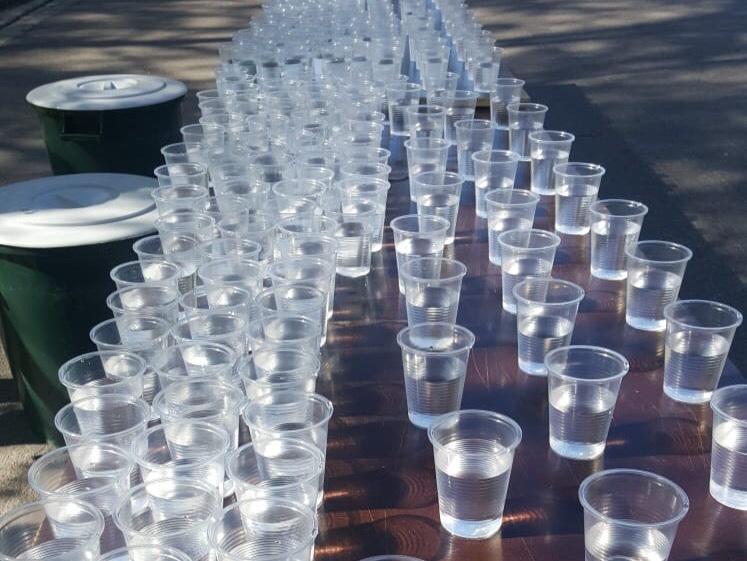 Kuva, jossa maratonin juomapiste.