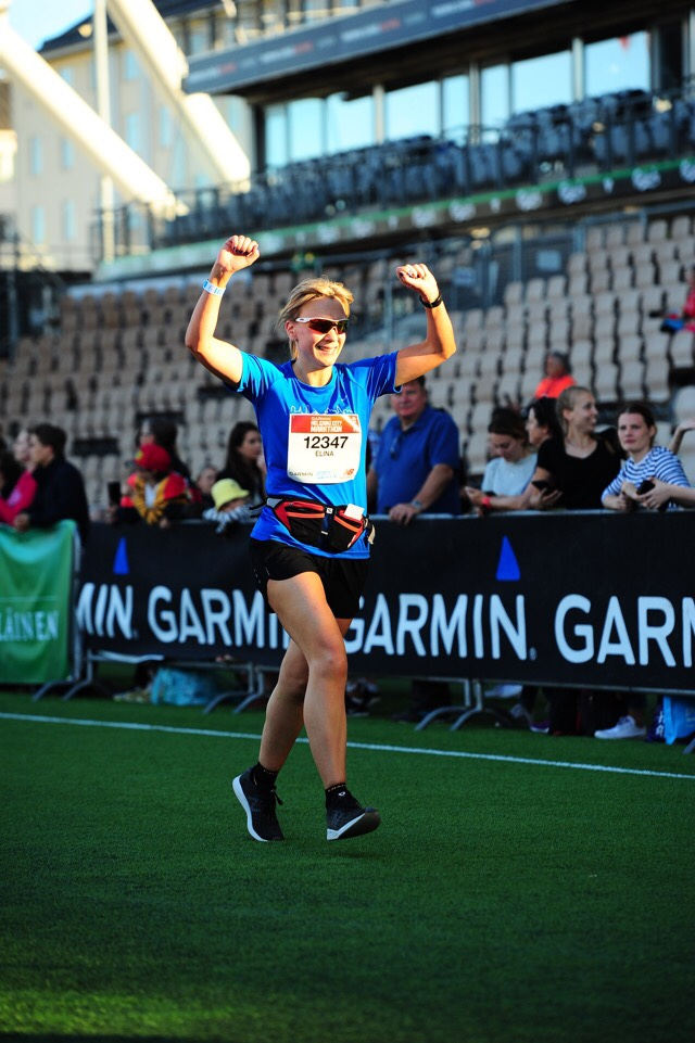 Kuva, jossa maratonjuoksija tuulettaa.