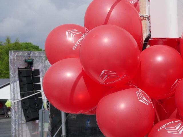 Kuva, jossa punaisia ilmapalloja.