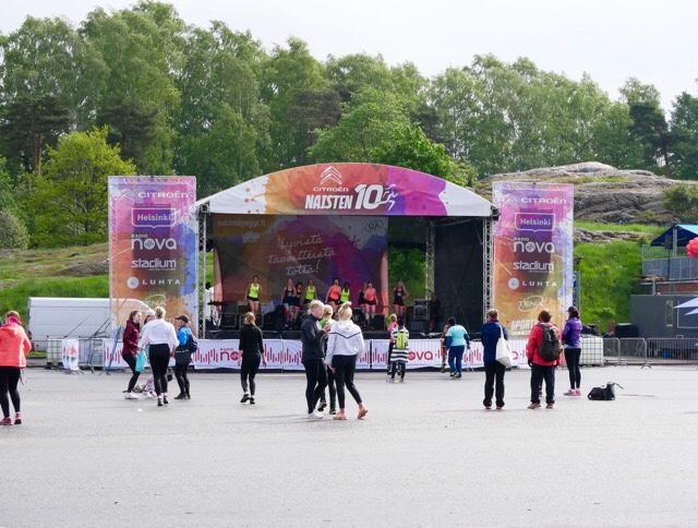 Kuva, jossa naisten kympin lava.