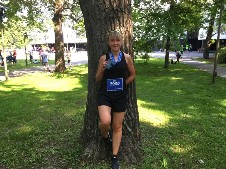 Kuva, jossa helsinki half marathonin mitali