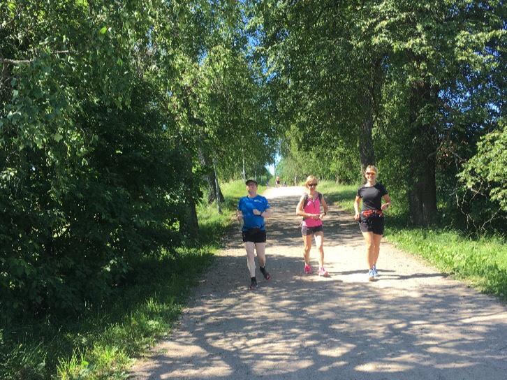 Kuva, jossa kolme juoksijaa