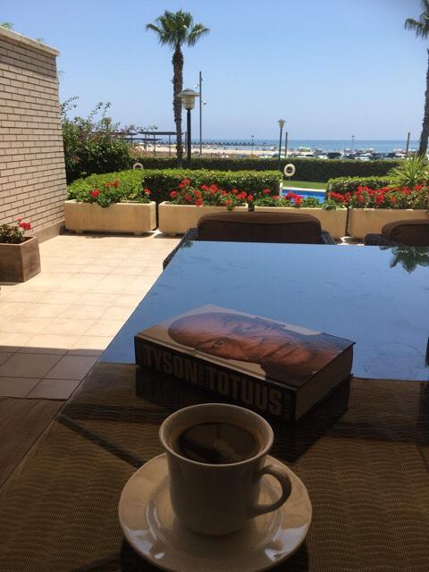 Kuva, jossa kahvi ja kirja
