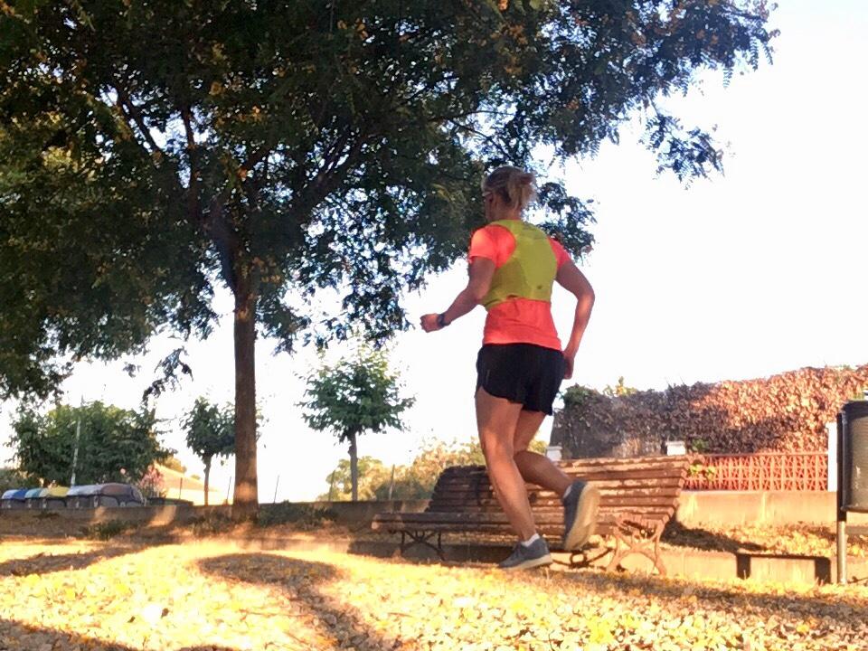 Kuva, jossa juoksija juoksuliivin kanssa.