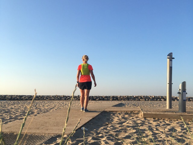 kuva, jossa juoksja hiekkarannalla