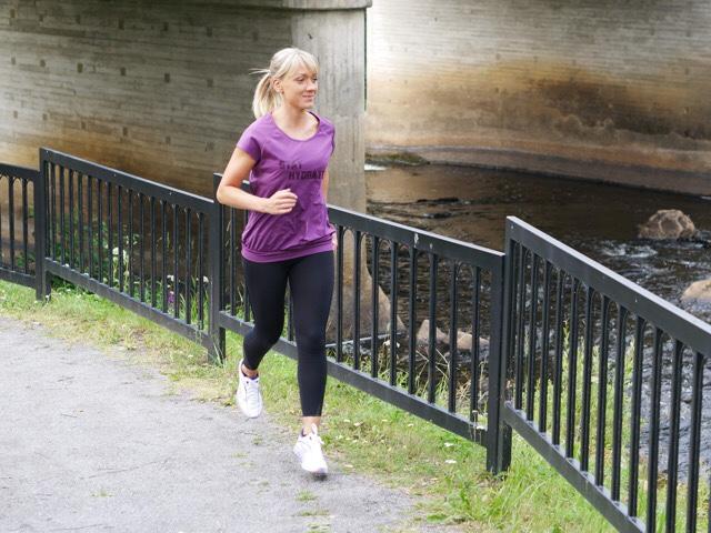 Kuva, jossa juoksija juoksee joen vartta.