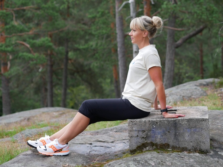 Kuva, jossa juoksija istuu kalliolla.