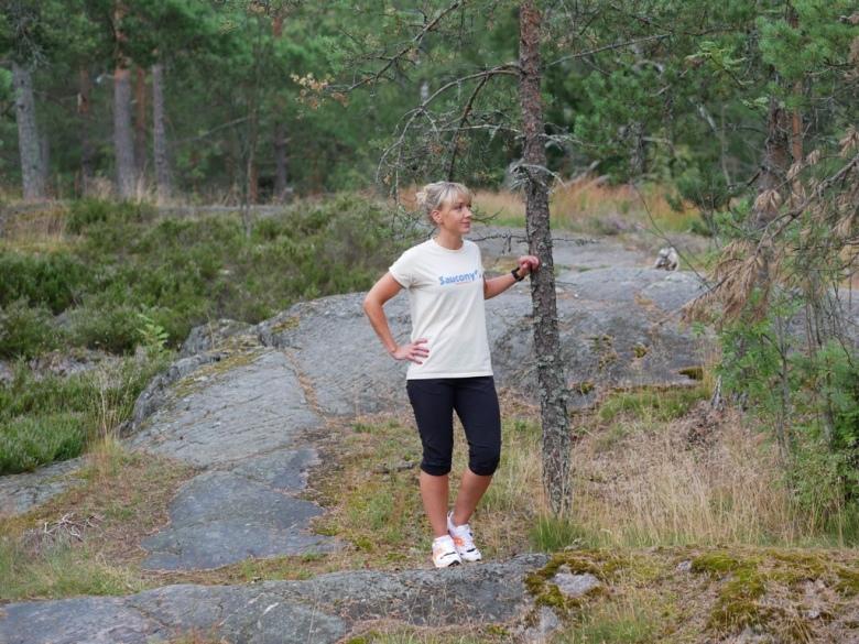 Kuva, jossa juoksija kalliolla.