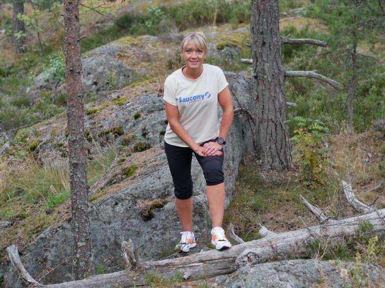Kuva, jossa kelohonka kalliolla.
