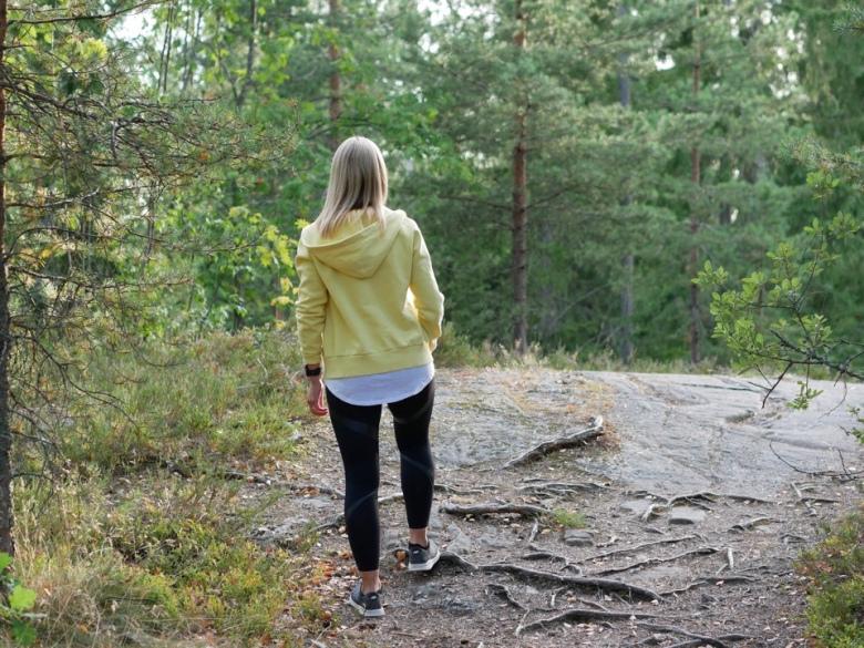 Kuva, jossa juoksija kalliolla
