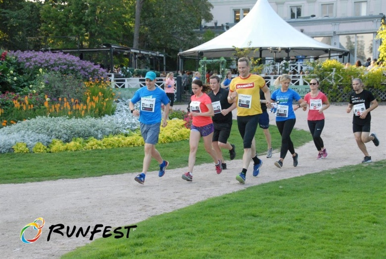 Kuva, jossa juoksijoita Kaivopuistossa.