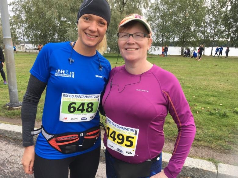 Kuva, jossa kaksi maratonjuoksijaa.
