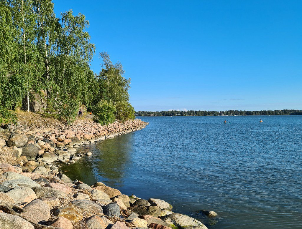 kivinen ranta laajalahdella