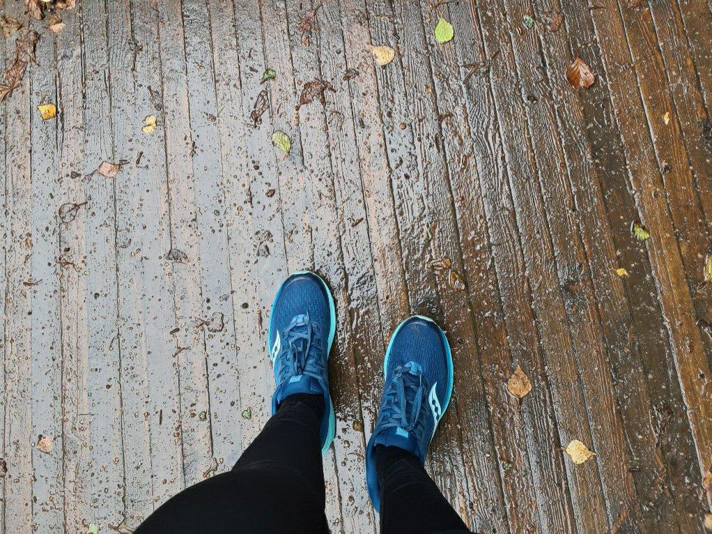 siniset lenkkarit sateessa