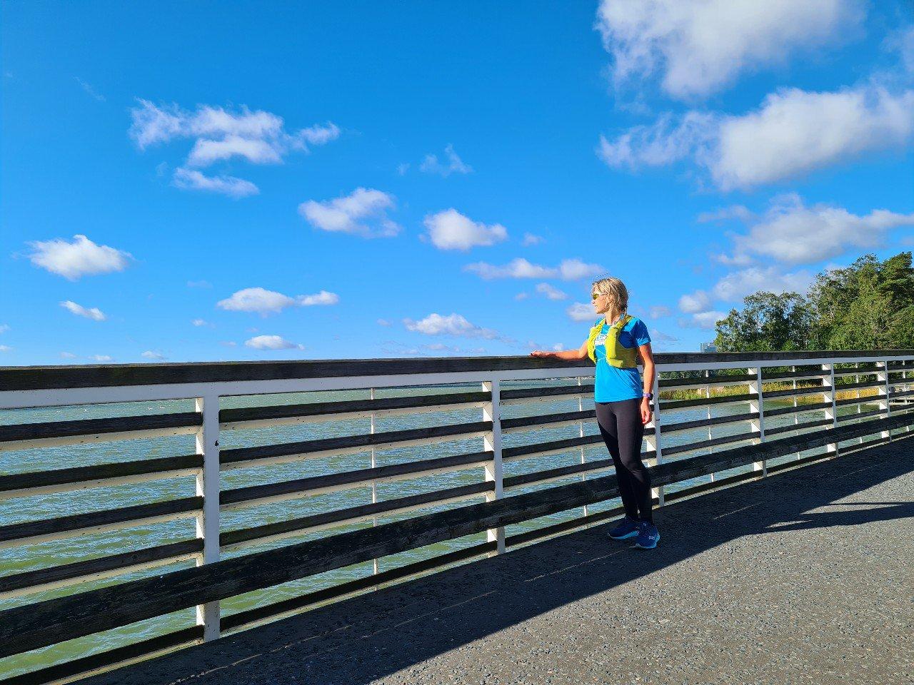 juoksija sillalla