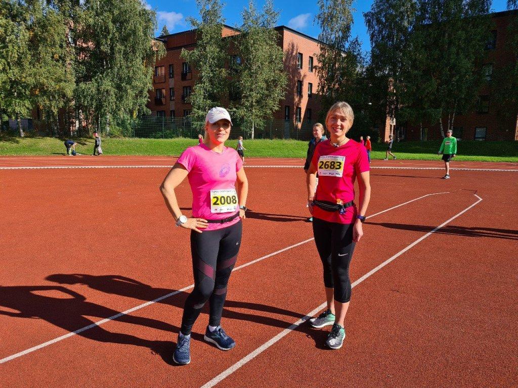 kaksi juoksijaa otaniemen yleisurheilukentalla