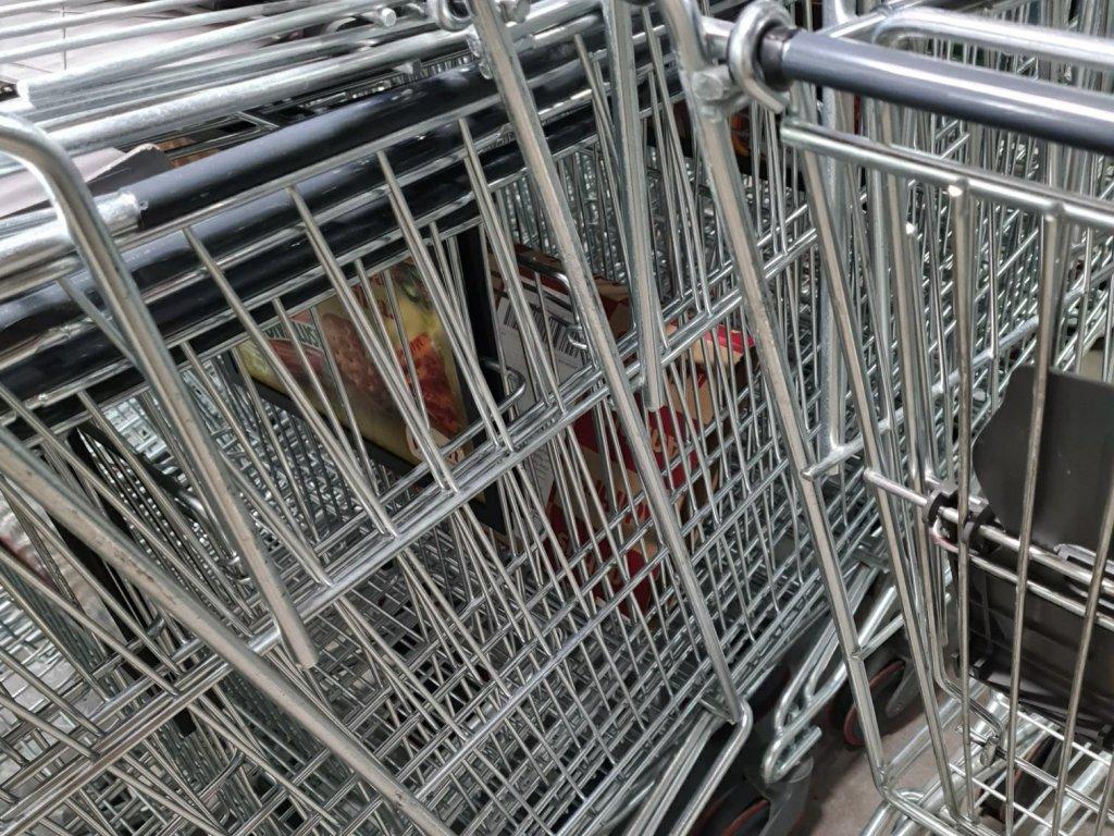 ostoskarryja rivissa ostoskeskuksessa