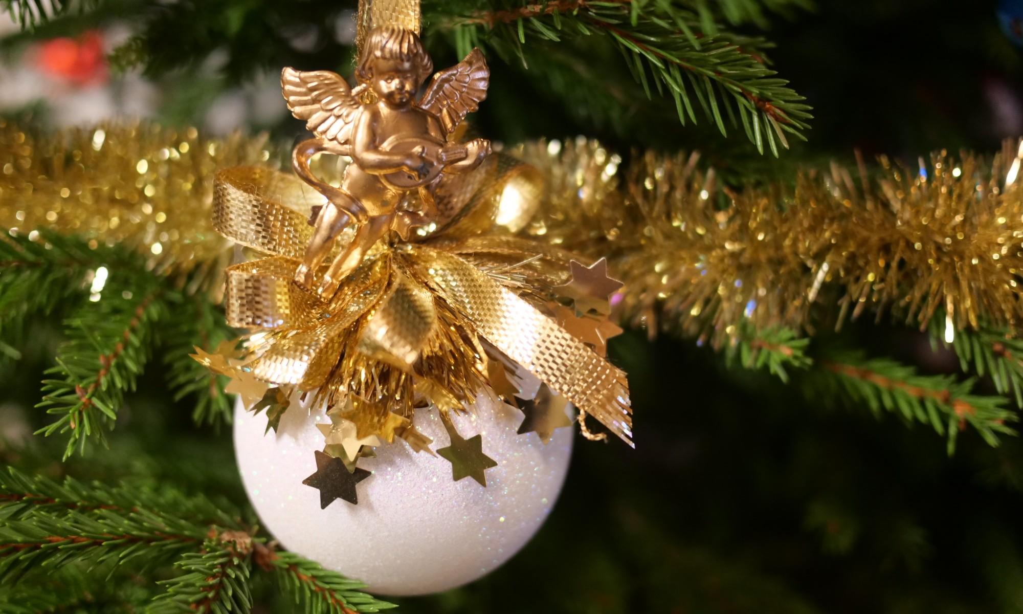 kultainen ja valkoinen joulupallo