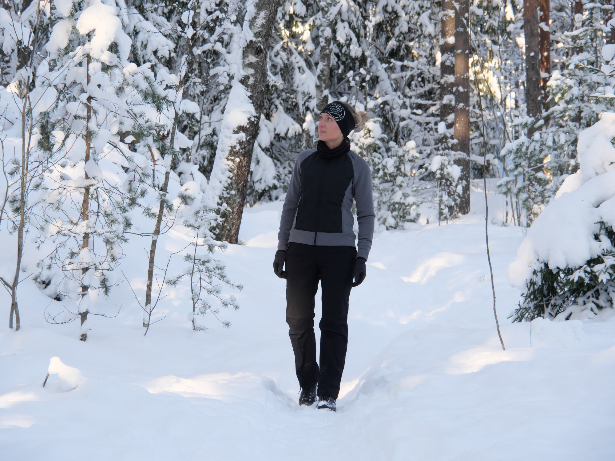 kuva, jossa nainen kavelee metsassa