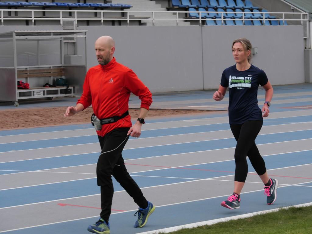 kaksi juoksijaa leppavaaran stadionilla.
