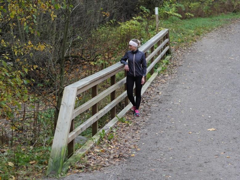 juoksija nojaa sillankaiteeseen