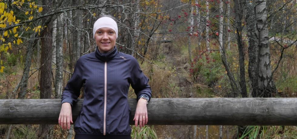 juoksija sateisessa metsassa